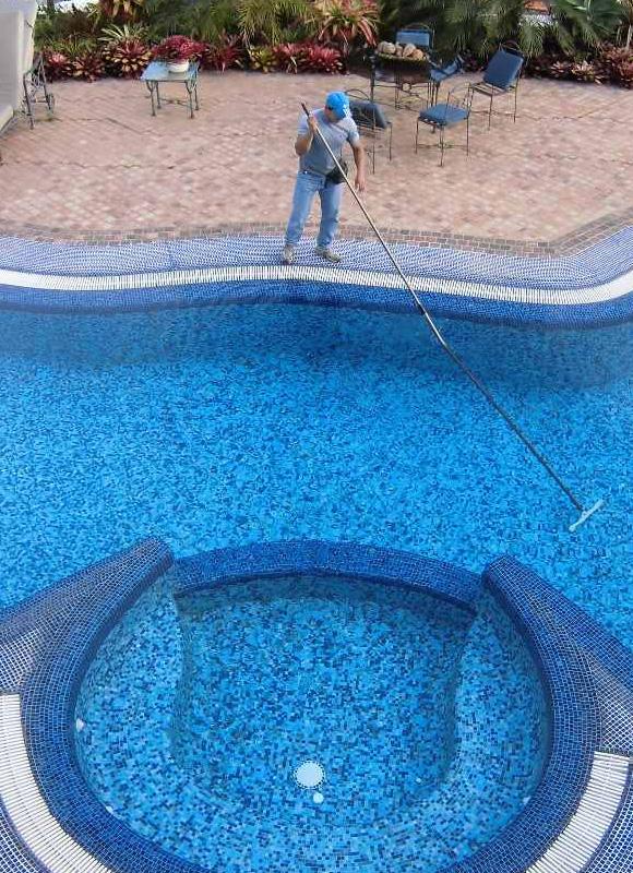 Mantenimiento de piscinas limpieza de piscinas dejardines for Mantenimiento piscina invierno